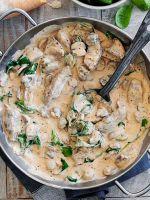 Жареная куриная печень с луком в сметане