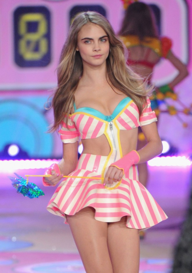 Cara Delevingne née le 12 août 1992 à Londres est une actrice et mannequin britannique Elle commence sa carrière en 2009 et devient lannée suivante l