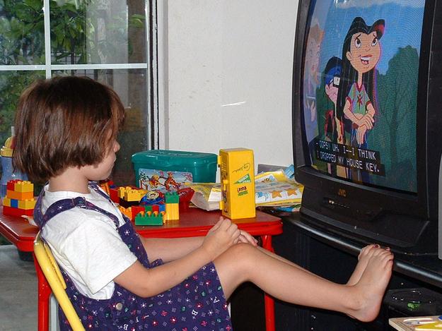 Бросать детей у телевизора