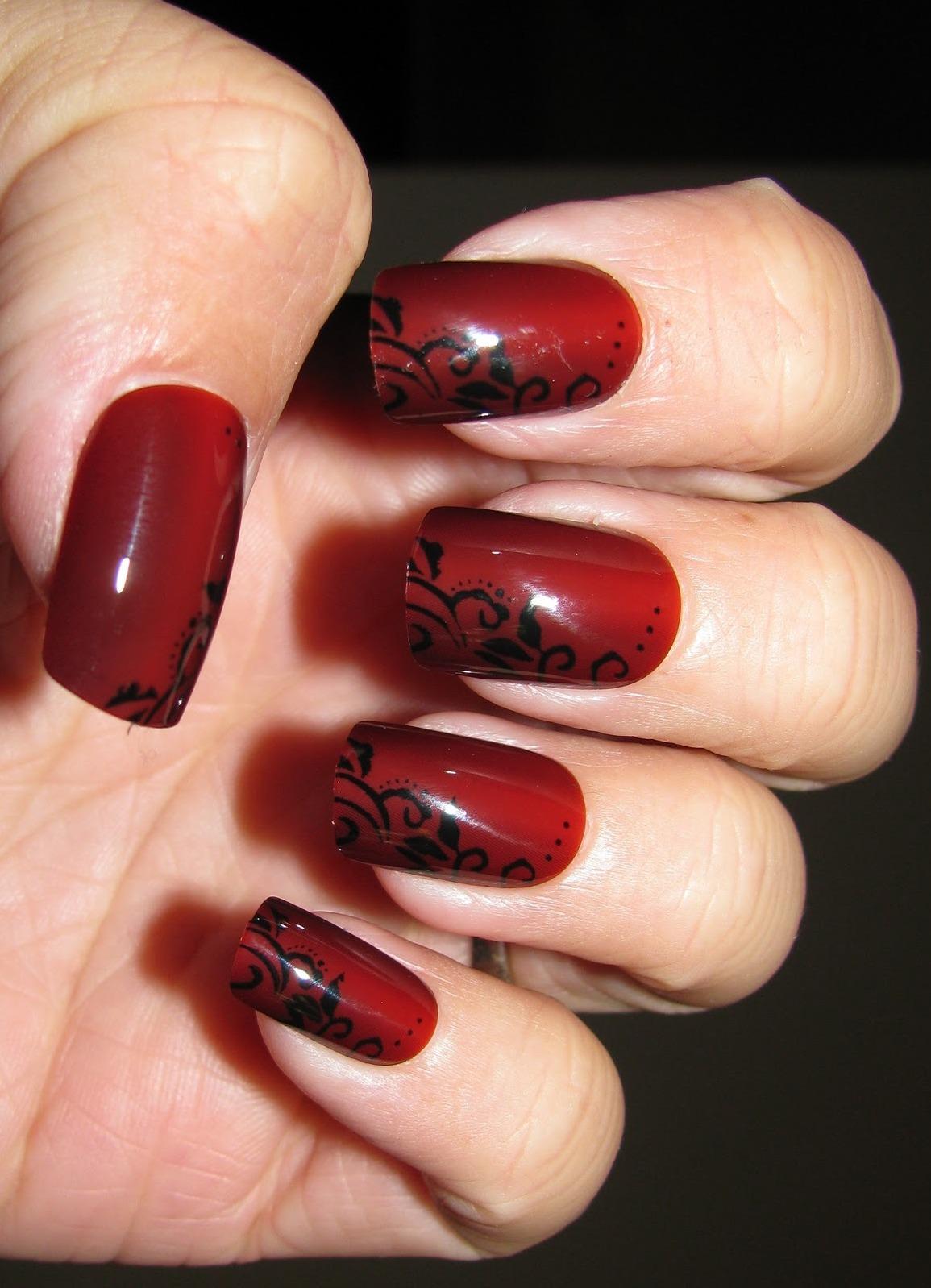 Красный маникюр с черным кружевом фото