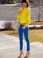 С чем носить ярко-синие брюки?