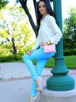 С чем носить ярко-голубые брюки?
