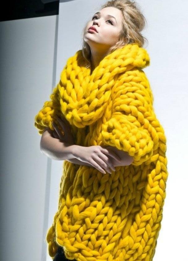 желтый свитер