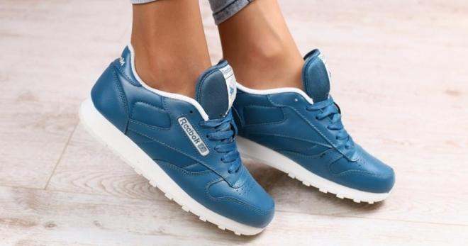27c727437 С чем носить модные женские синие кроссовки – замшевые, кожаные, с ...