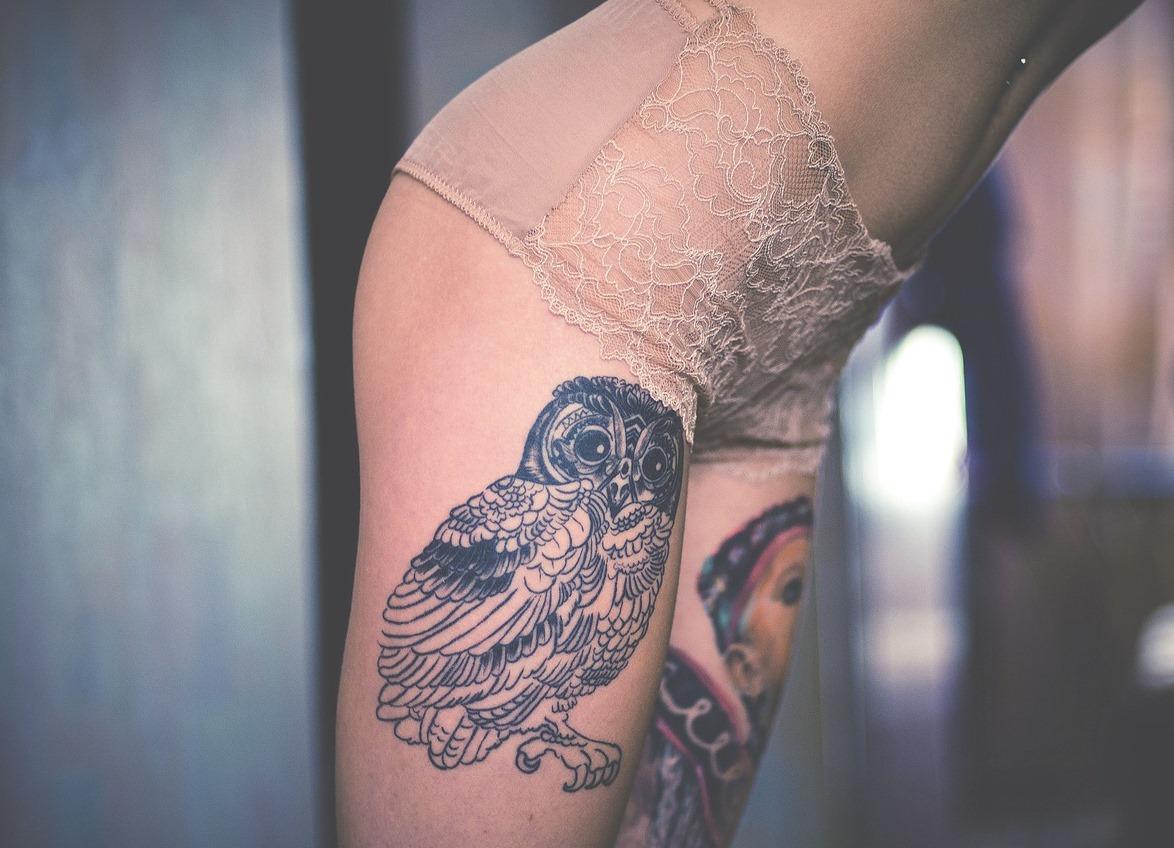 универсальные картинки тату сова на ноге инструментом