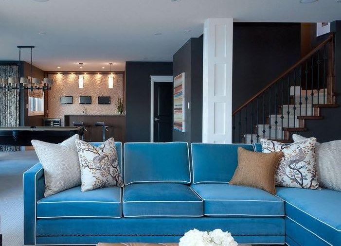 Серые стены и серый диван