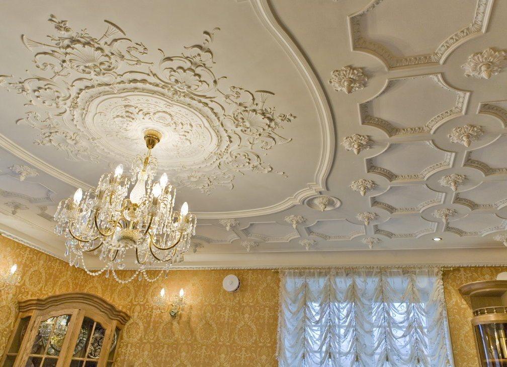 Как украсить потолочные обои декором фото