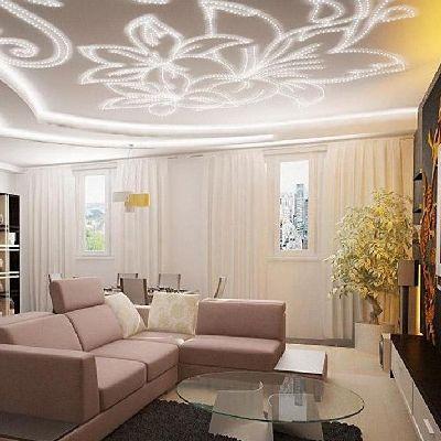 оформление натяжного потолка в гостиной фото
