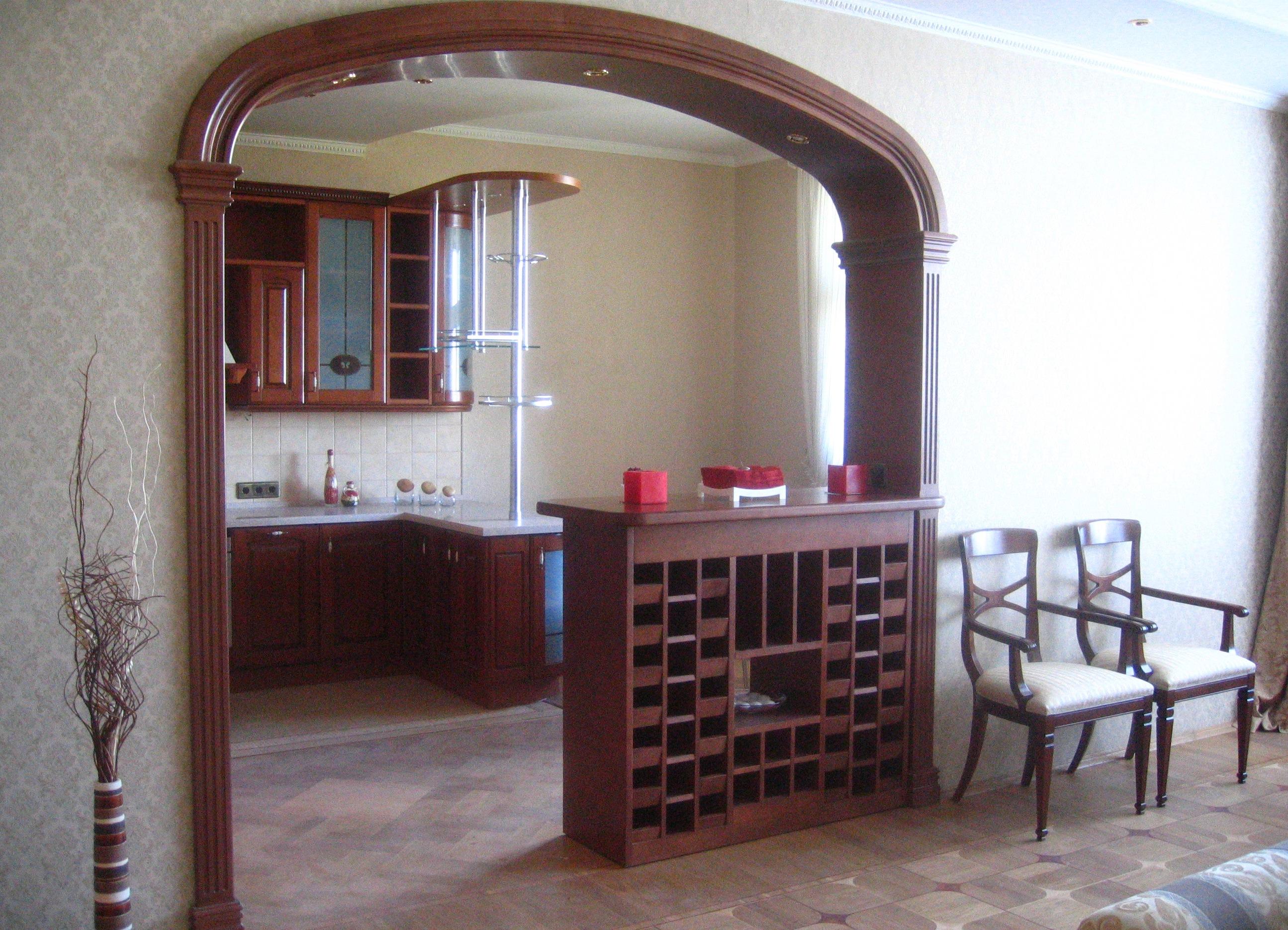 Объединение комнаты и лоджии арки, барные стойки