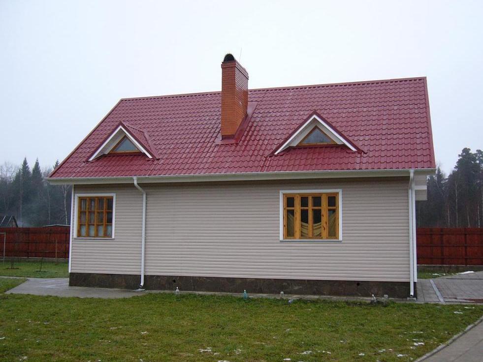сайдинг дома с бордовой крышей фото начале