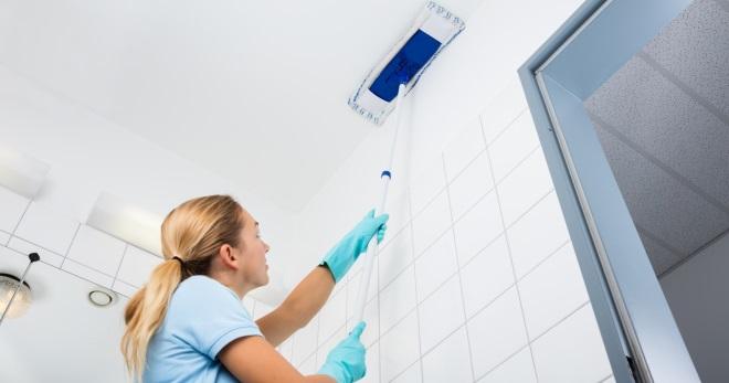 Как мыть натяжной потолок глянцевый без разводов - простые секреты для поддержки чистоты