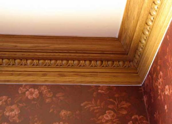 деревянные плинтуса на потолке фото