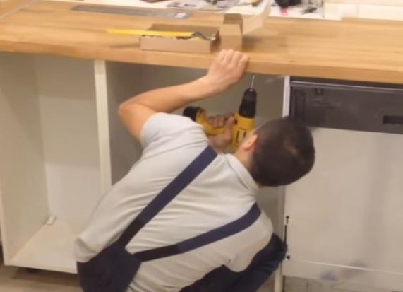 как самостоятельно установить столешницу на кухне