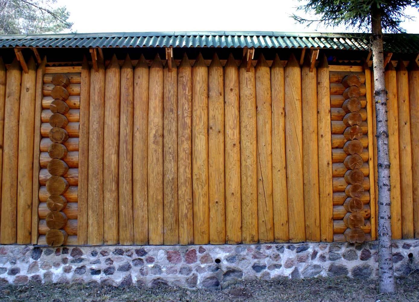 Забор из круглых бревен фото