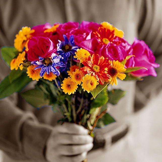 Сколько цветов и какие покупаются на похороны мужчины и женщины