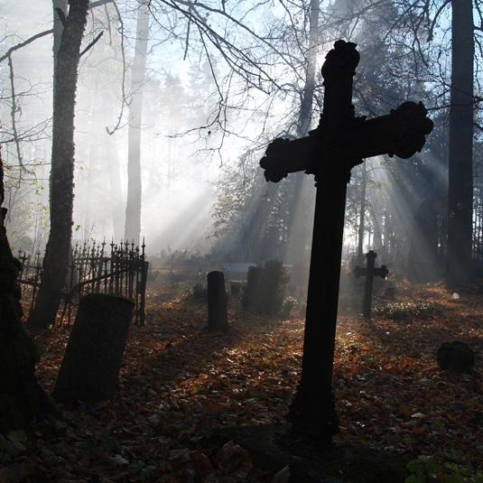 к чему снится ходить по кладбищу и искать могилу знакомого