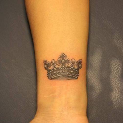 Тату корона на руке для девушек фото с буквой л