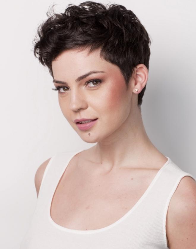 короткие стрижки на вьющиеся волосы 1