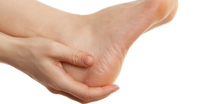 Почему болит пятка на правой ноге и как это лечить?