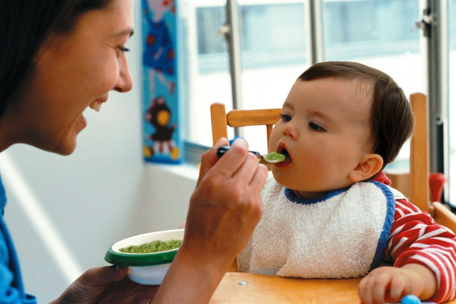 С какого месяца можно прикармливать ребенка и чем?