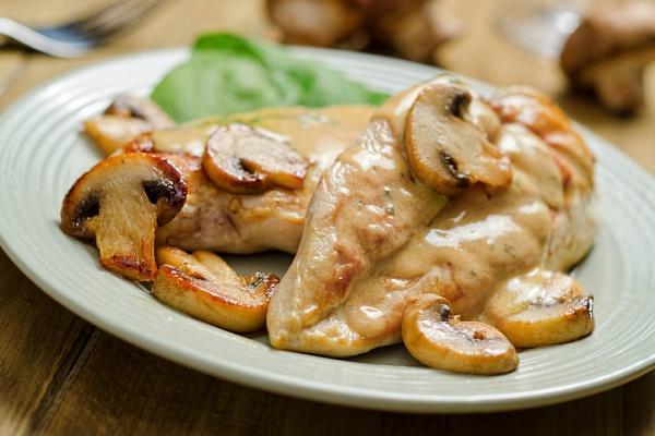 Куриная грудка со сметаной на сковороде