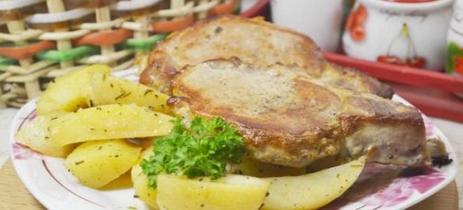Готовое мясо убрать с противня и в этот противень выложить картофель.