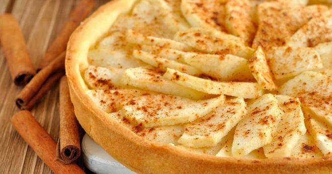 Яблочный пирог с корицей слоеный