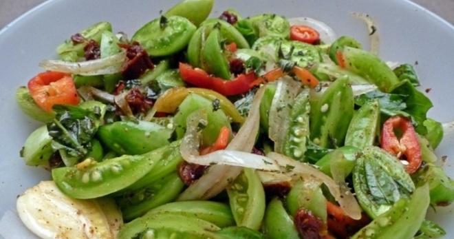 Салат из свежей капусты и зелеными помидорами на зиму
