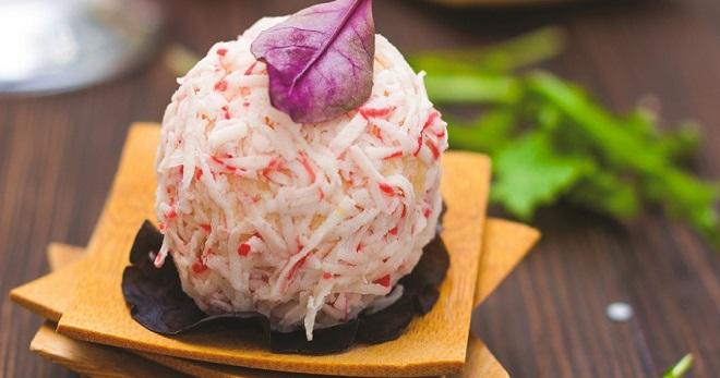 салат с крабовыми палочками с сыром и чесноком