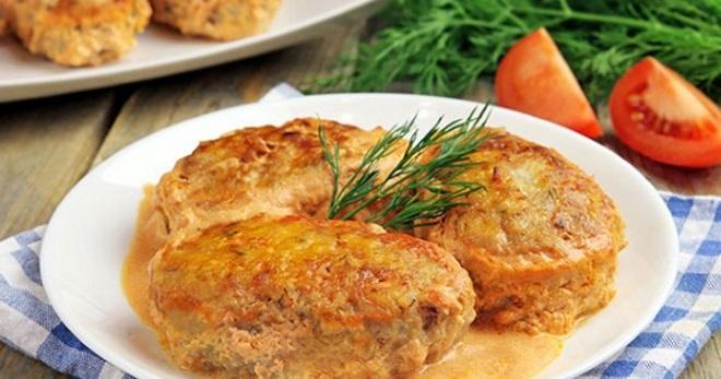 Ленивые голубцы в духовке с подливкой, в сметанном и томатном соусе