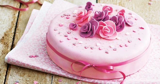 Из чего делают фигурки для тортов ?