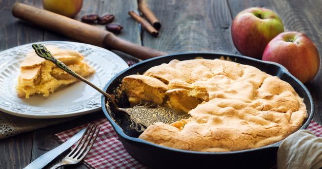 Шарлотка с яблоками на сковороде - быстрое и вкусное лакомство к чаю!