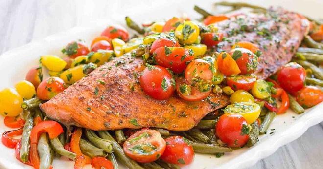 Готовим горбушу с овощами в духовке
