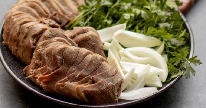 Как вкусно варить говяжий язык в кастрюле по простым и понятным рецептам?