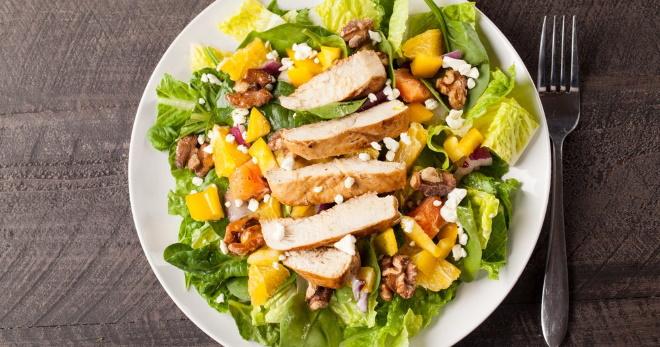 Простой салат с куриной грудкой для ужина или на торжество