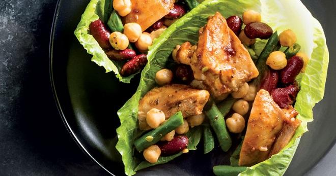 Салат с курицей и консервированной фасолью - вкусная и очень питательная закуска!