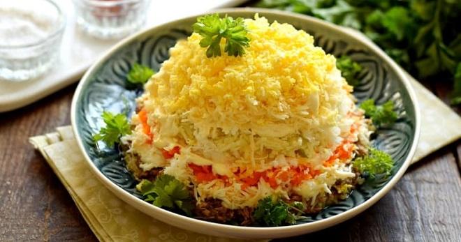 Салат «Мимоза» с рыбными консервами и сыром - вкусная, красивая закуска для торжественного меню
