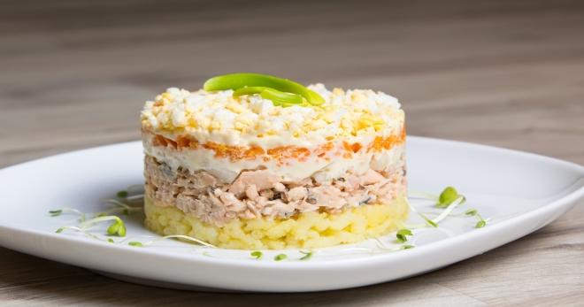 Классический салат «Мимоза» с сайрой - вкусная и красивая закуска к любому столу