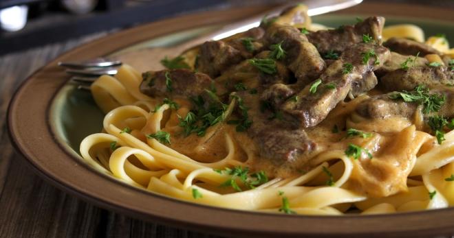 Классический бефстроганов из говядины - рецепты аппетитной подливой к любому гарниру!