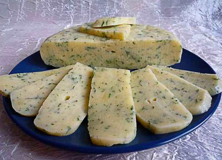 Тем, кого не устраивает качество покупных сыров, рекомендуем сделать этот продукт собственноручно.