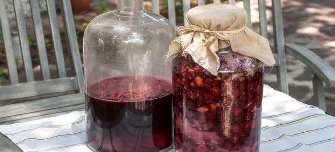 Существует довольно много рецептов приготовления вина из старого варенья — каждый из них хорош по-своему.