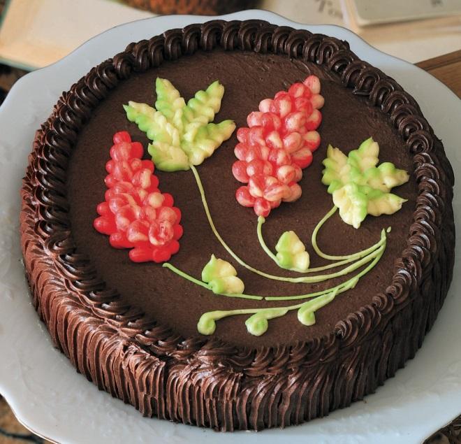 Как украсить торт густым кремом