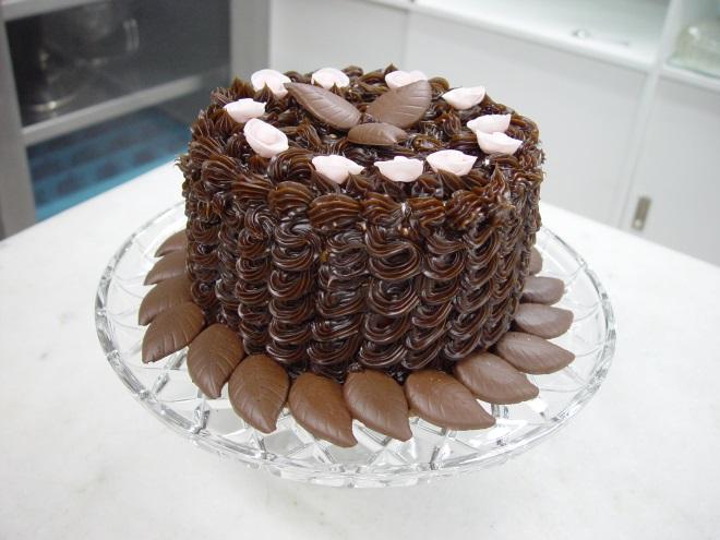 Как украсить торт шоколадным кремом