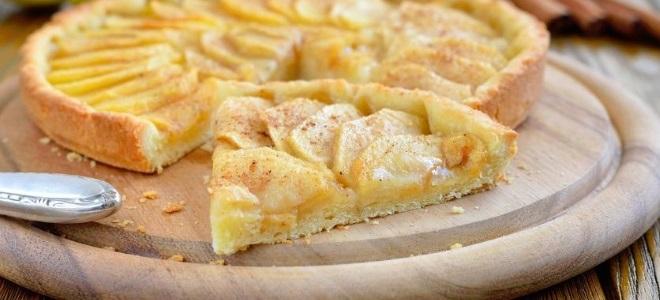 Открытый песочный пирог с яблоками и корицей