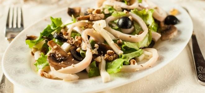 Салат из стеблевого сельдерея и кальмарами