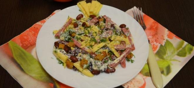 салат обжорка с колбасой и фасолью