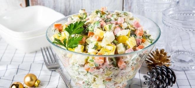 Салат «Оливье» с колбасой и солеными огурцами