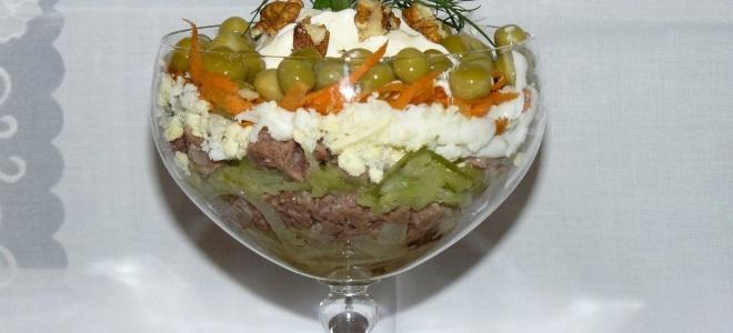 salat_s_konservirovannoy_sayroy_i_solenymi_ogurcami_.jpg