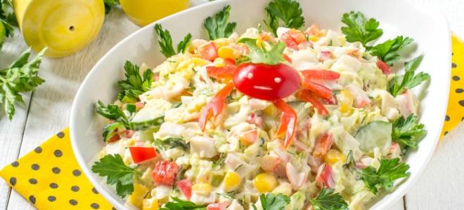 салат с пикантной капустой и крабовыми палочками
