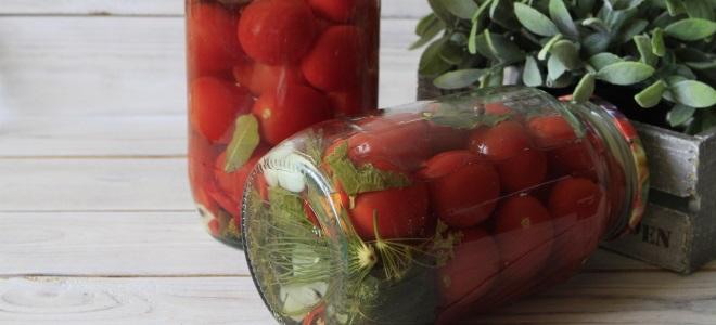соленые помидоры в банках